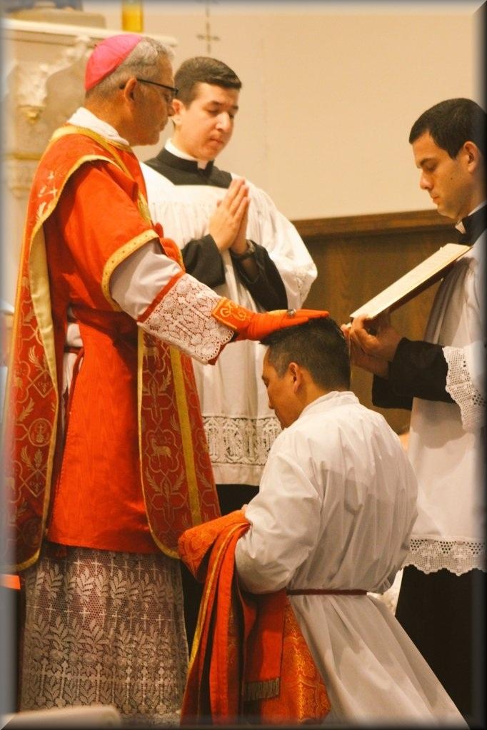 Bp Mark A. Pivarunas udziela święceń diakonatu - ks. Joseph Paul Hau Pham z Wietnamu