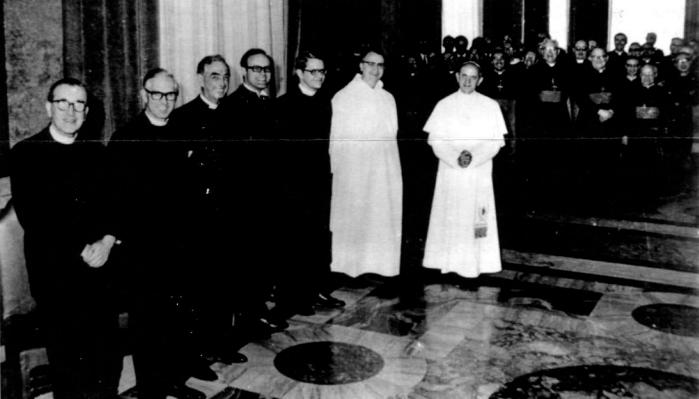 Paweł VI pozuje z sześcioma luterańskimi teologami zasiadającymi w specjalnej komisji mającej zmienić Mszę
