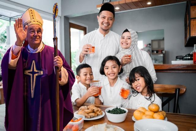 Pseudokardynał Vincent Nichols świętuje Ramadan w domu z muzułmanami